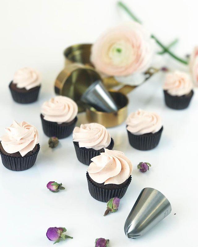 Hyvää naistenpäivää 💃🏻💐 vain tänään saat ilmaisen mini vanilja suklaa kuppikakun ilmaiseksi kahvi