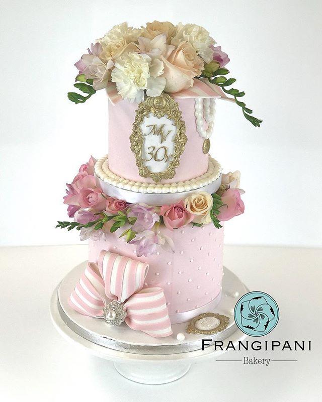 The whole cake in all its glory for Marie Antoinette themed birthday party 🎉- Kakku kokonaisuudessa
