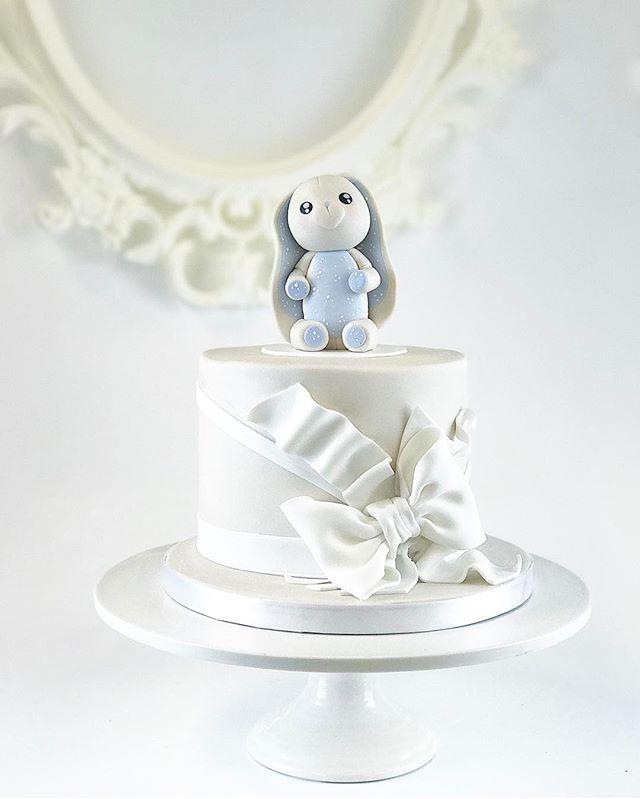 Simple and elegant blue bunny cake 🐰🎀 - Yksinkertainen ja tyylikäs pupukakku