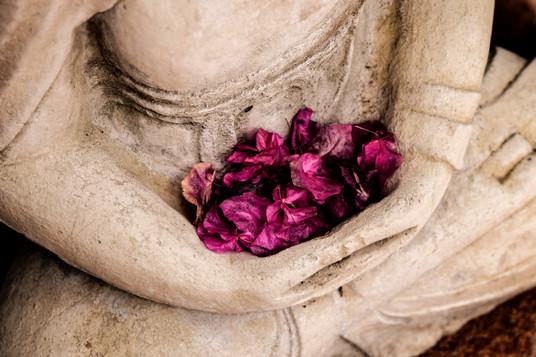 Meditative%20statue%20with%20flowers_edi