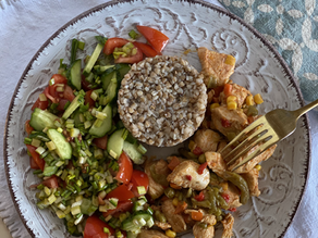 Бефстроганов з індичого філе та овочевою сумішшю, гречкою і салатом