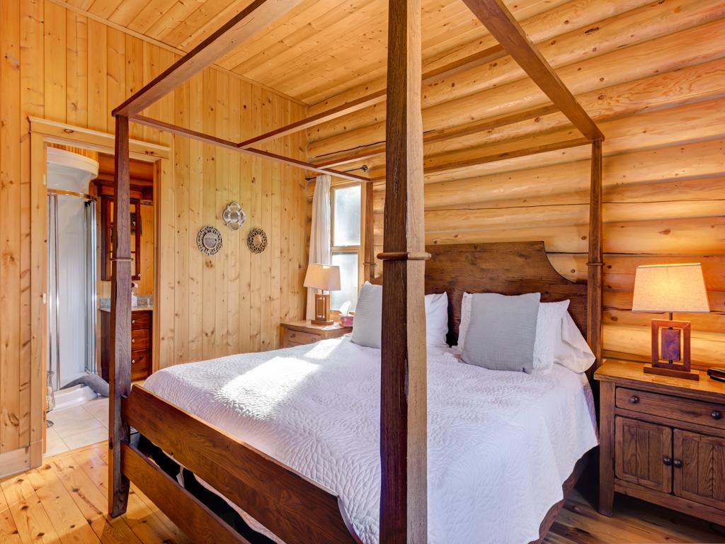 ChaletsOasis_Deer6_Master_Bedroom_1