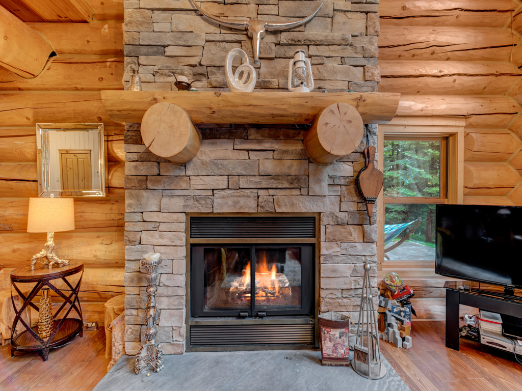 ChaletsOasis_LakehomeMoose35_Fireplace_D