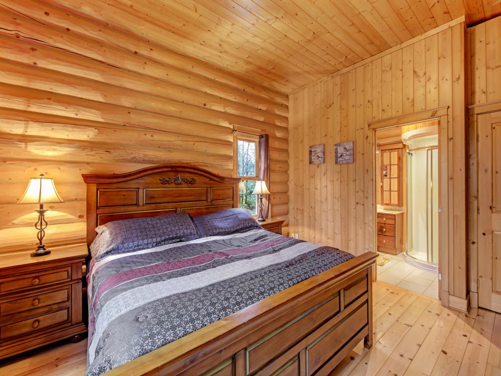 ChaletsOasis_Deer4_Master_Bedroom_1
