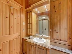 ChaletsOasis_Bear19_Downstairs_Bathroom_