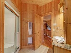 ChaletsOasis_Bear19_Upstairs_Bathroom_1.