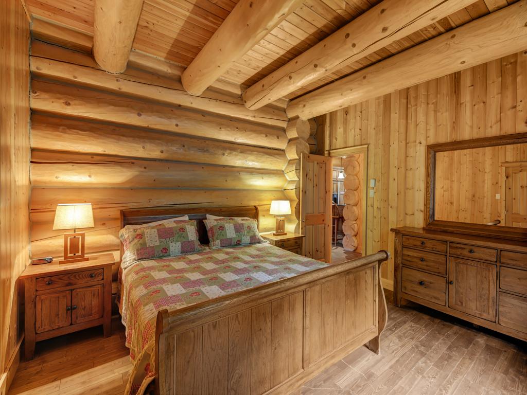 ChaletsOasis_Bear19_First_Bedroom_1