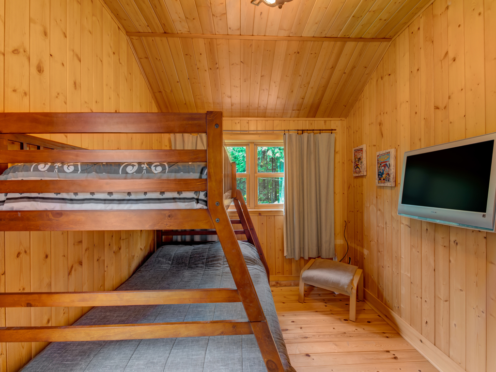 ChaletsOasis_lakehomeBear34_Upstairs_Bed