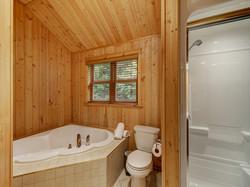 ChaletsOasis_Bear19_Upstairs_Bathroom_Tw
