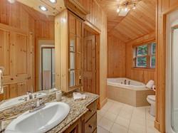 ChaletsOasis_Bear19_Upstairs_Bathroom
