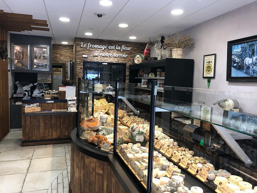 Découvrez l'intérieur de la Fromagerie le Gout perdu à Carentan avec ses nombreux fromages de qualité