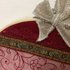Cercle bambou, velours et broderie rouge