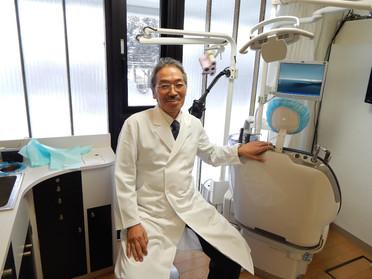 とどろき通信vol6より 埼玉医科大学歯科口腔外科教授の下山哲夫先生が歯科の小手術やっています。