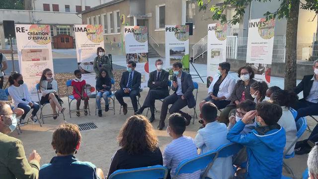 Un enfant critique les cours de récréation « dégenrées » devant le maire de Lyon.