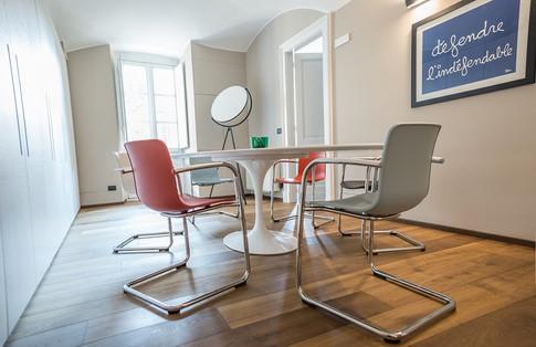 Il tavolo Tulip di Eero Saarinen (1956) e le sedie Hal di Jasper Morrison
