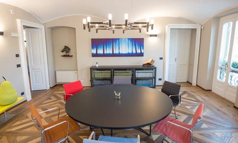 Il table de conférence di Le Corbusier e le sedie Aluminium Group di Charles e Ray Eames (1958)