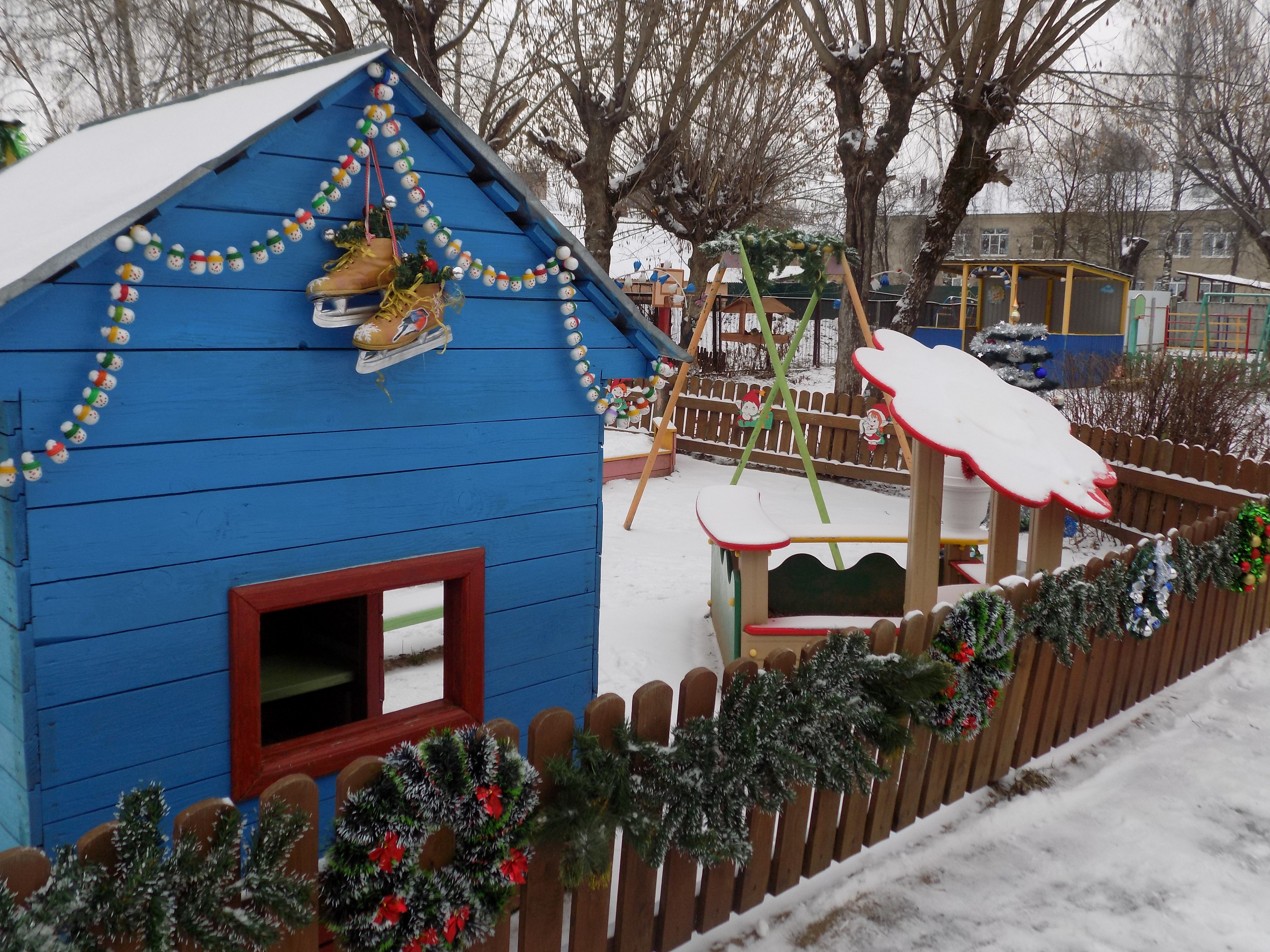 Сказочный домик с заборчиком