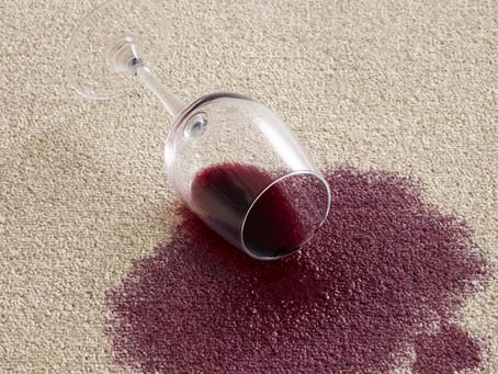 Ih, derramou… Como tirar mancha de vinho tinto