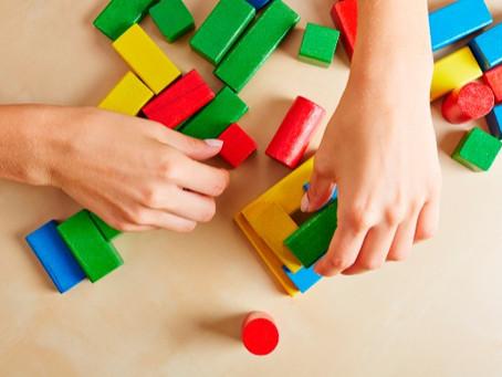 Ideias de brincadeiras para ensinar números e cores para o seu filho