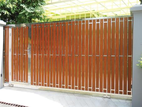 ผลงานประตูรั้วสแตนเลสผสมไม้ลามิเนต หน่วยงานสุขุมวิท 68