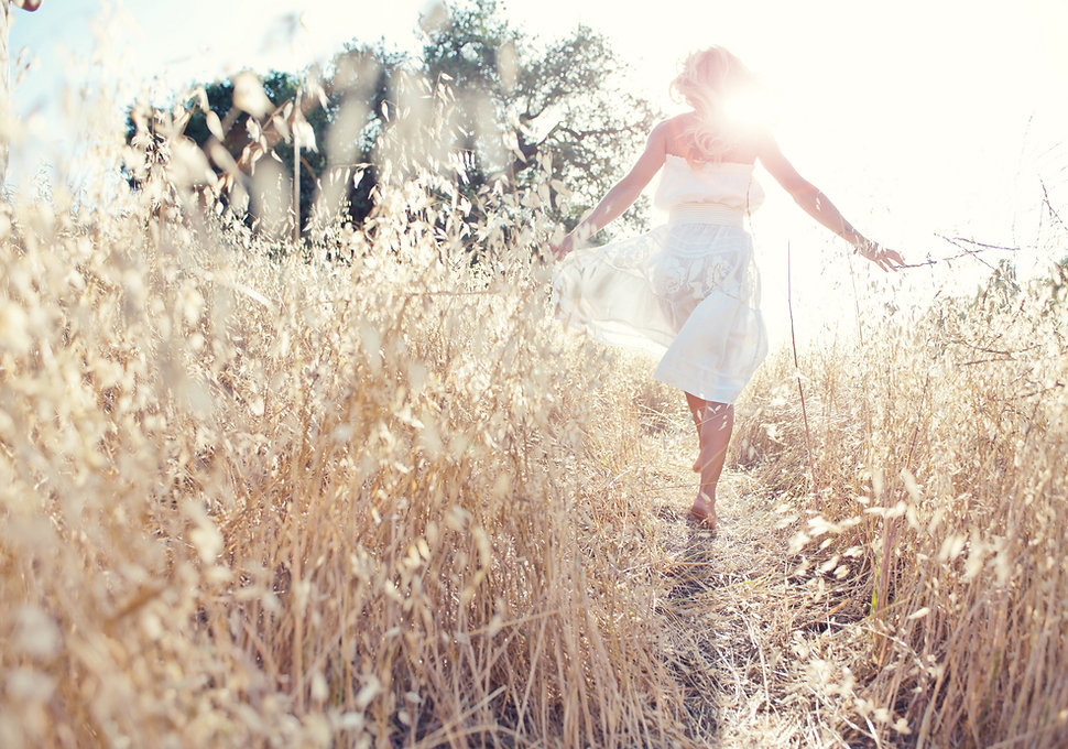 Vrouw die in het veld