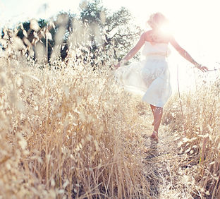 フィールドで歩く女