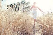 Donna che cammina nel campo