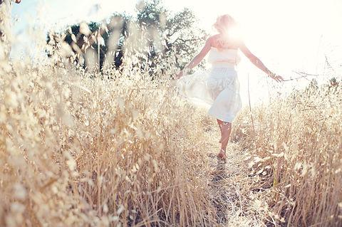 Gå kvinna i fält