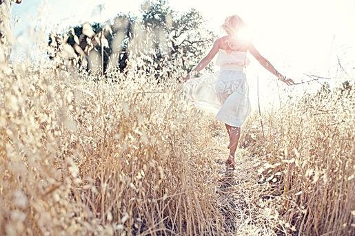 Femme Marcher dans le domaine