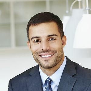 Sourire homme en costume