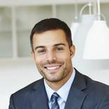 Lächelnder Mann in Anzug