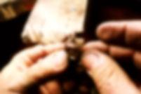 mani sapienti del nostro maestro orafo impegnate a realizzare uno degli anelli più classici, il solitario. Fortunata la donna che porterà al dito questa meraviglia