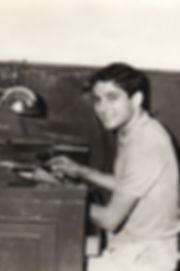 il maestro artigiano orafo armando castronuovo che giovanissimo ha iniziato a creare preziosi nella sua bottega a Napoli nel famoso quartiere di borgo orefici