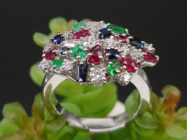 Anello in oro bianco con rubini, brillanti, zaffiri e smeraldi