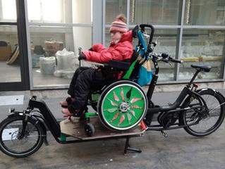 Mit dem Rollstuhl auf das Bike