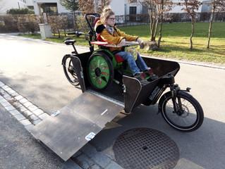 Cargobike trifft auf Rollstuhl