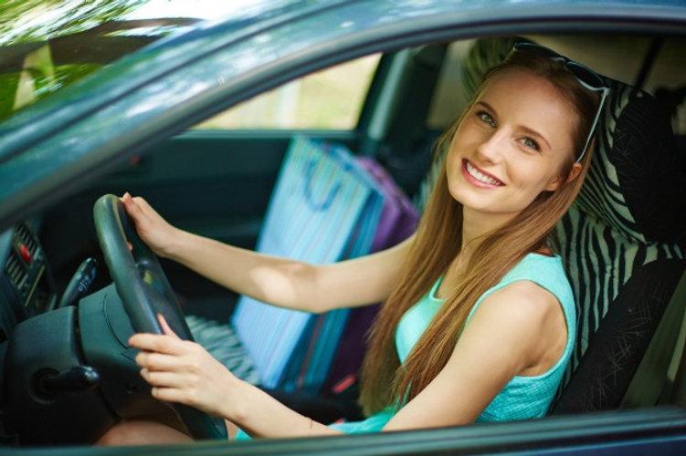 jeune-femme-au-volant-de-sa-voiture_1098