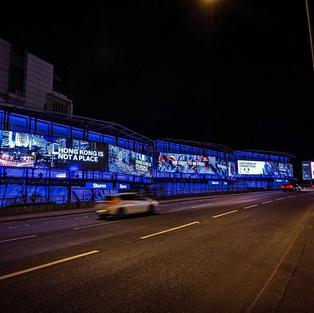 立場新聞 | 「重光團隊」英國設大型廣告 推香港民族身分