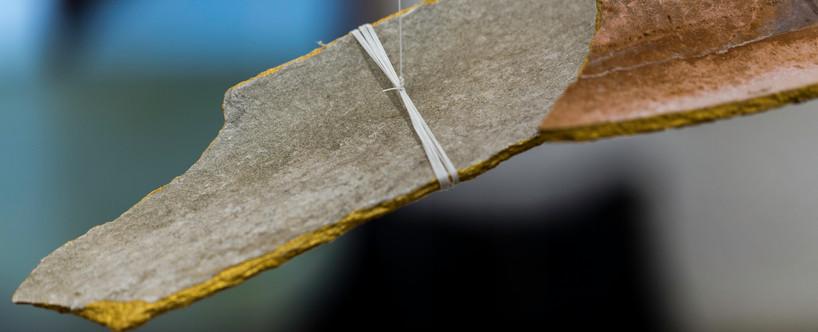 Kintsugi | 2018 | Instalação | telha e tinta | Dimensões variáveis