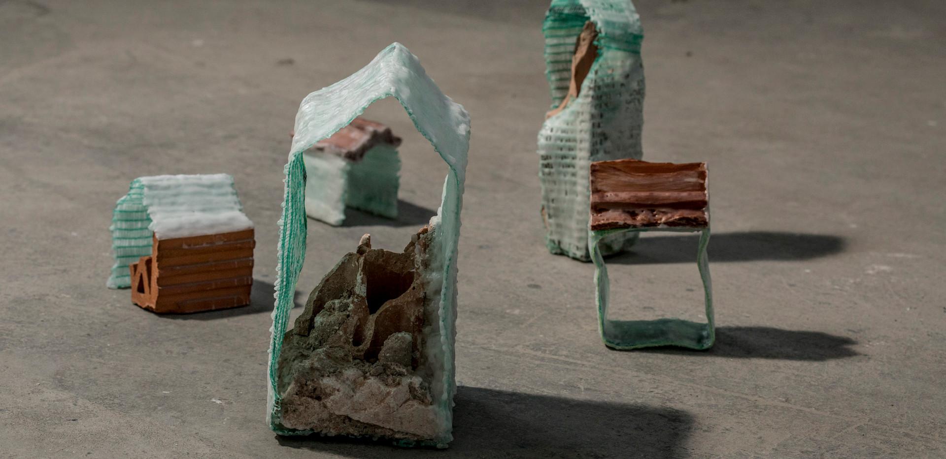 Arquiteturas cambiantes | 2019 | Instalação | Resto de construção, tela de proteção e parafina | Dimensões variáveis