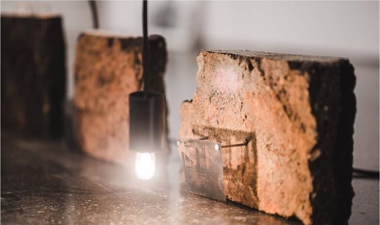 Edifícios | 2018 | Pedaços de asfalto, transparências, pregos, luminárias | Dimensões variáveis