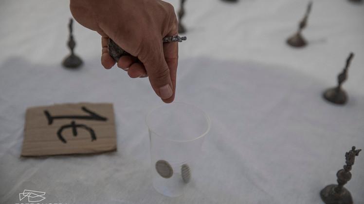 Vende-se Colombo | 2019 | Instalação | Chumbo, tecido, papelão, copo plástico, moedas