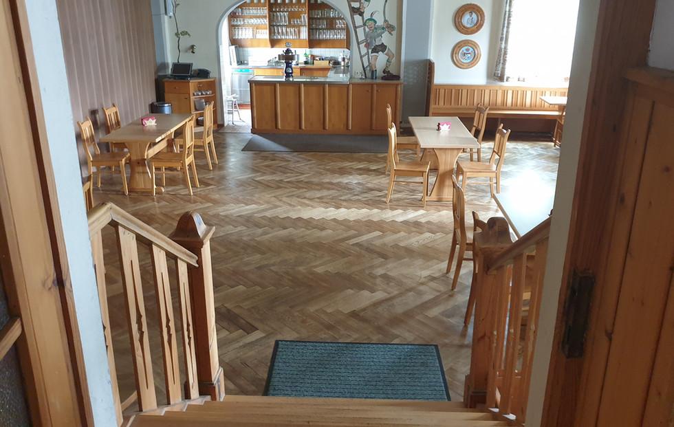 Saal mit Blick von der Eingangstür