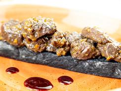 Crostone di pane nero con bocconcini di cervo