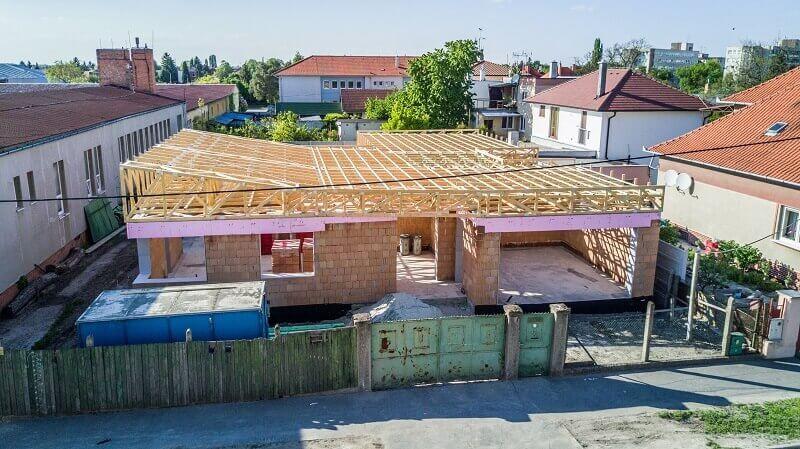 Lapostető szeglemezes tetőszerkezettel