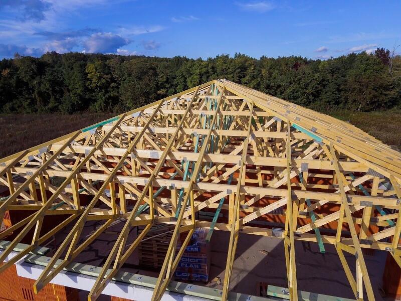 Társasház szeglemezes tetőszerkezete plusz merevítésekkel