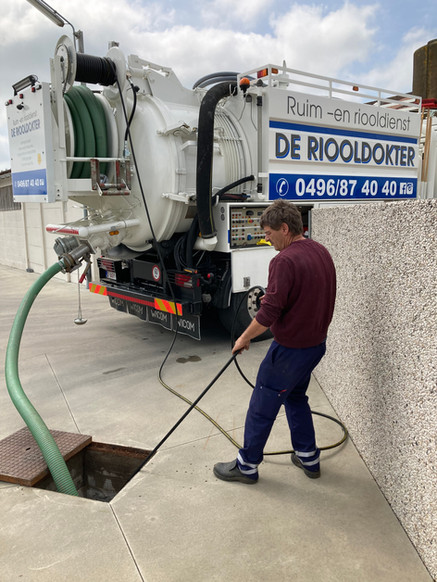 Riooldokter_Ruimdienst_reinigen riolen_Ontstoppingsdienst_west-vlaanderen_1.JPG