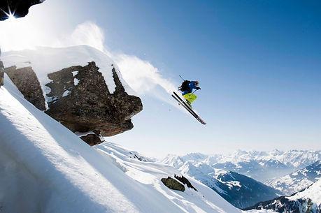 Ski, snowboard et neige . D'ou l'art de sauter des cliffs