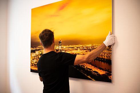 Christoph-Wien-Bild-an-die-Wand.JPG