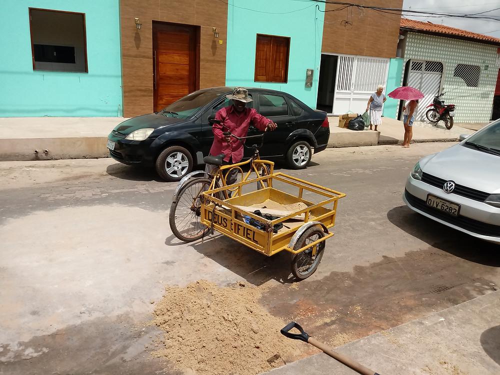 Biteiro prestando serviço à população. FOTO: Adenildo Bezerra